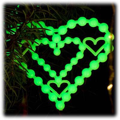 Сердце-бисер, словно собранное из бусинок, эффектно светится в темноте.  Новогодние украшения изготовлены из пластика...