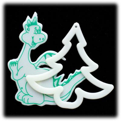Ажурная ёлочка и маленький дракончик в прозрачном пакетике размером 7,5см. х 12см.  Пластиковые фигурки плоские.